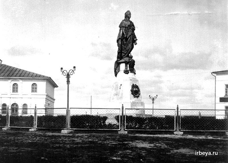 Памятник императрице Екатерине II в Ирбите
